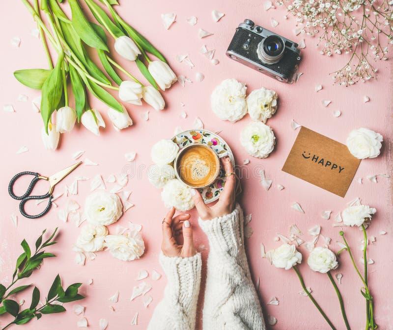 春天布局用咖啡在女性手,花,愉快的标志上 免版税库存图片