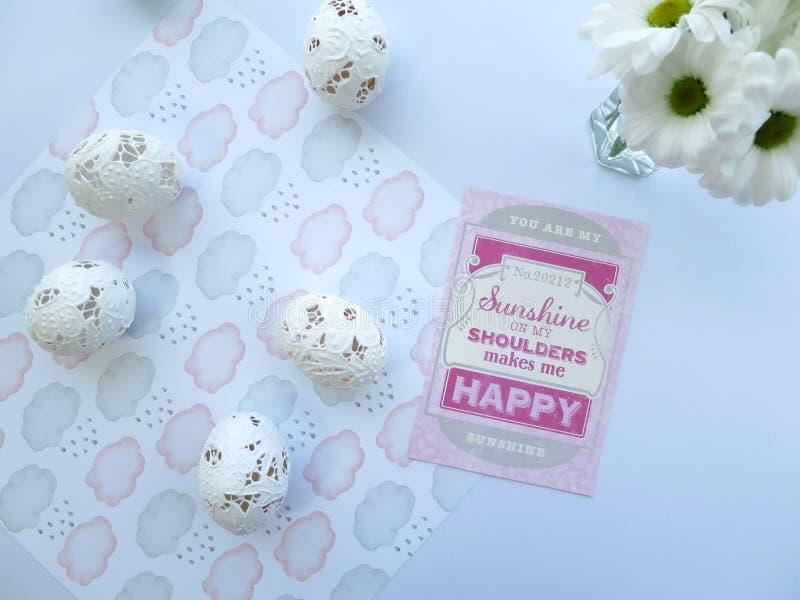 春天庆祝卡片、复活节彩蛋和白花 免版税库存图片