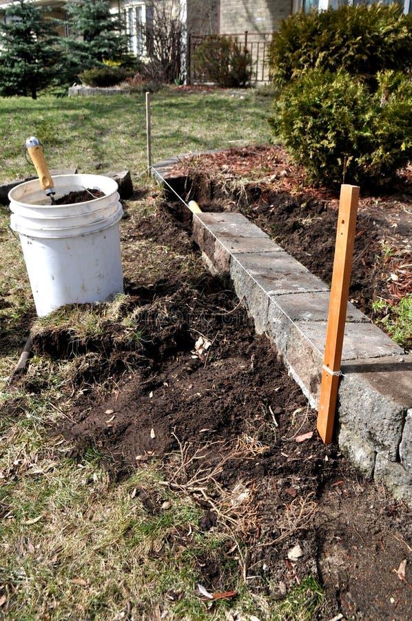 春天庭院和院子劳动-修理花床 免版税库存照片