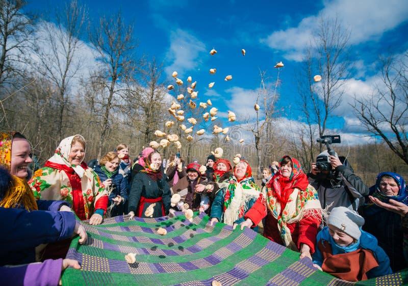 春天异教的节日  人们庆祝,看见冬天并且见面春天在森林里 库存照片