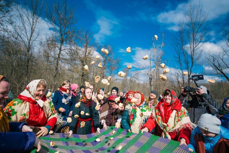 春天异教的节日  人们庆祝,看见冬天并且见面春天在森林里 免版税库存图片