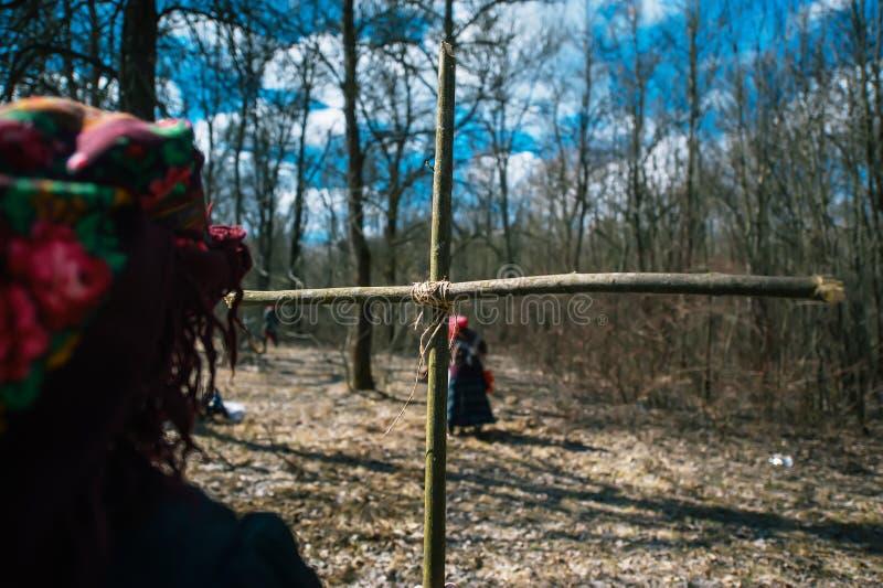春天异教的节日  十字架做了树干燥分支在森林特写镜头的 库存照片