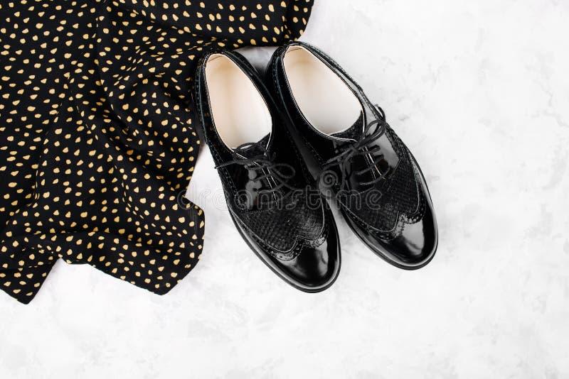 春天或秋天黑鞋子和衣裳平的位置样式有圆点的 免版税库存图片