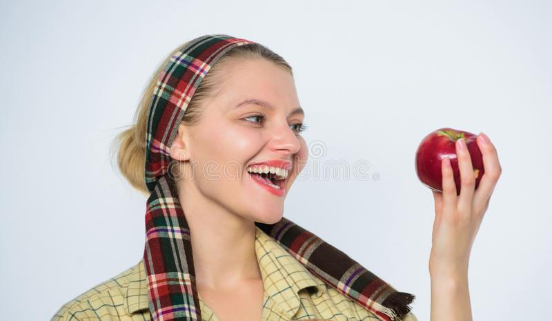 春天收获夏天果子 吃苹果计算机的愉快的妇女 有机和素食 健康牙 果树园,花匠女孩 免版税库存图片
