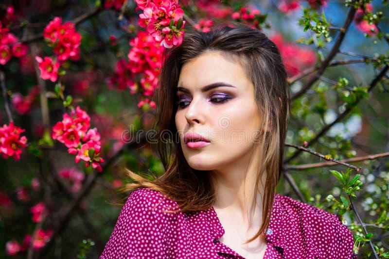 春天时尚照片 俏丽的妇女skincare 象自然的女孩 自然美人构成 头发时尚 夏天开花 库存照片