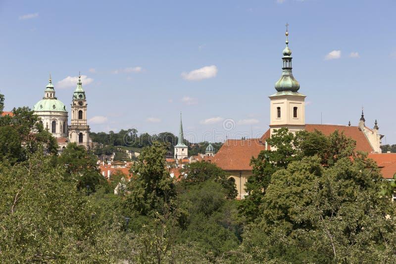 春天有绿色自然的布拉格市从小山佩特林,捷克 免版税库存图片