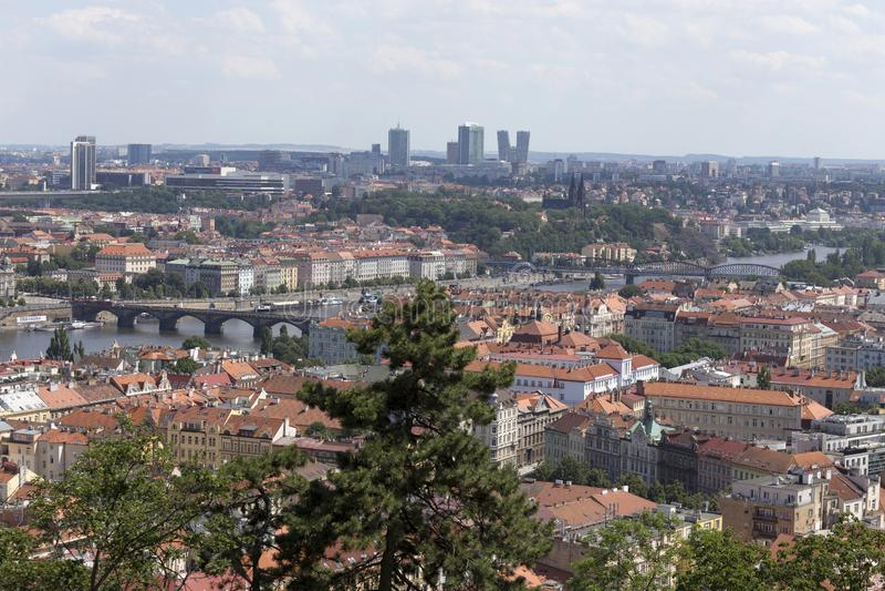 春天有绿色自然的布拉格市从小山佩特林,捷克 免版税图库摄影