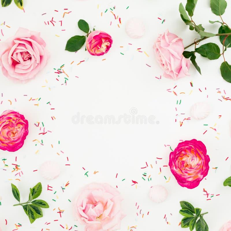 春天框架 粉红彩笔玫瑰花和明亮的五彩纸屑的花卉构成在白色背景 平的位置,顶视图 免版税库存照片