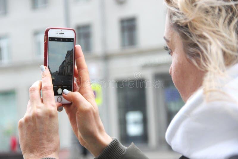 春天步行的两个女朋友在莫斯科 免版税库存照片