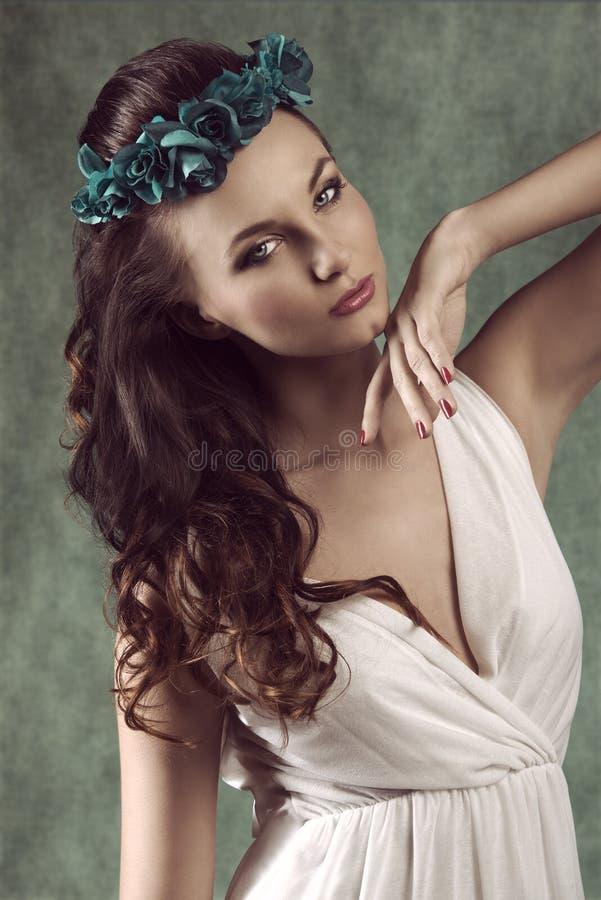 春天浪漫深色的女孩 库存图片
