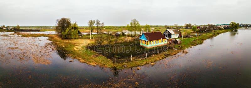 春天熔化的河洪水天线全景 在sp的溢出水 库存图片