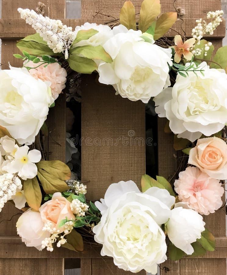 春天的一个五颜六色的花卉花圈 图库摄影