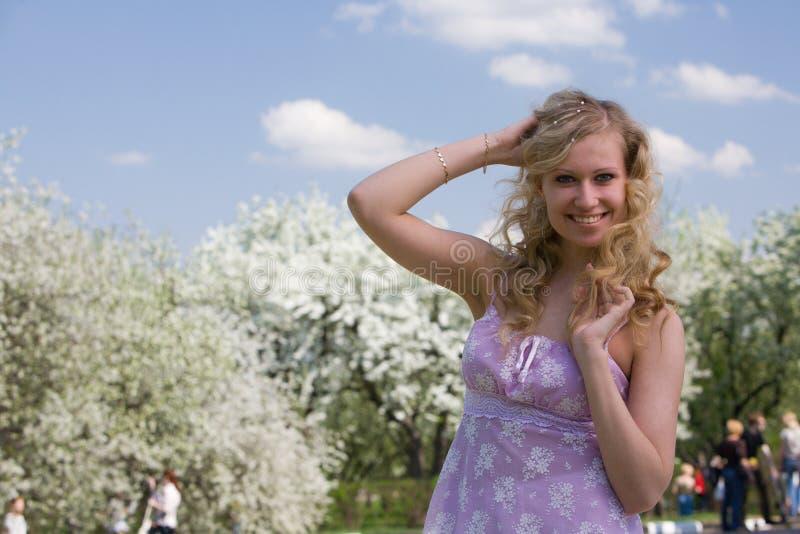 春天的微笑的妇女 库存照片