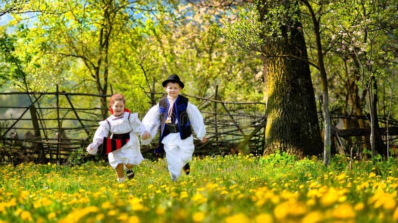 春天的Maramures县与开花的树和孩子跑 免版税图库摄影