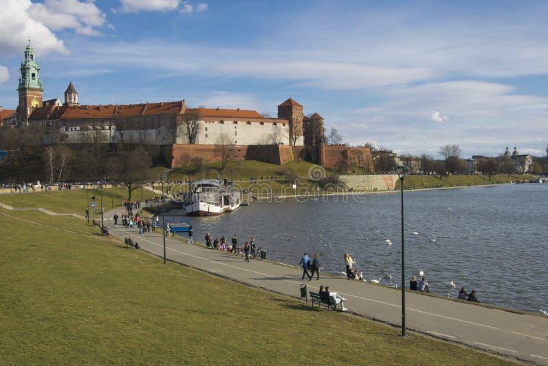 春天维斯瓦河岸在克拉科夫 河沿和散步在Wawel堡垒下 库存照片