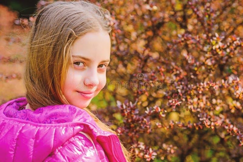 春天绽放芬芳 女孩青少年的步行在植物园里 r r 孩子逗人喜爱的花梢 免版税库存图片