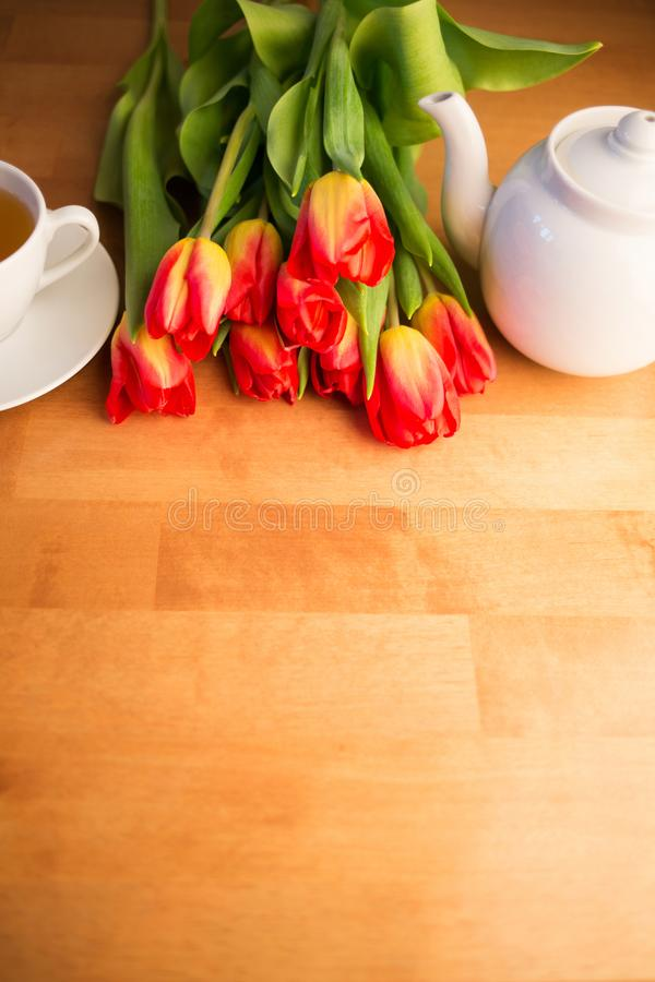 春天花和一杯茶早晨 国际妇女的天或母亲节 免版税库存图片
