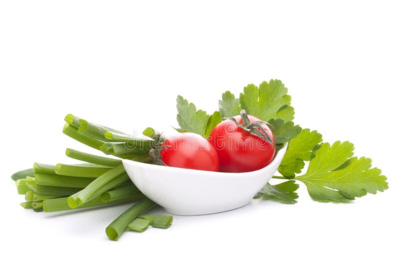 春天葱和西红柿在碗 库存照片