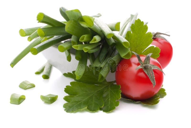 春天葱和西红柿在碗 图库摄影