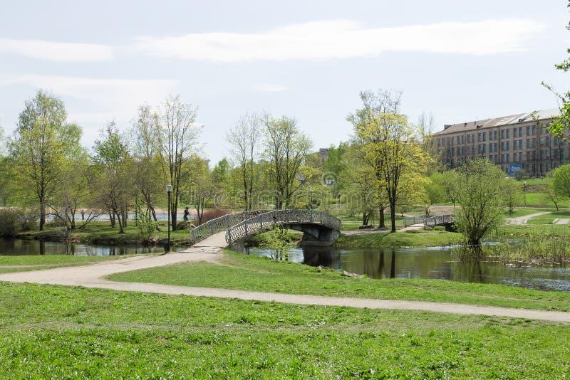 春天都市风景、河和桥梁在城市在北俄罗斯停放 库存照片
