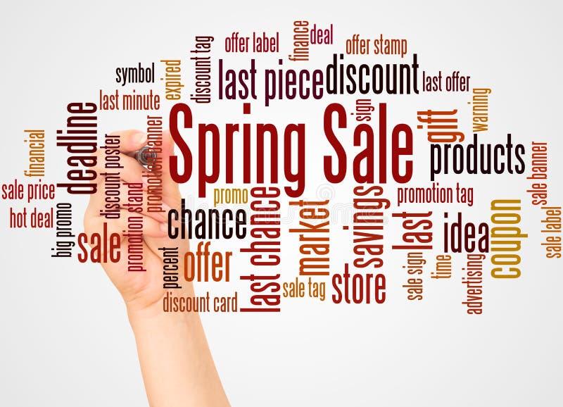 春天销售词云彩和手有标志概念的 免版税库存图片