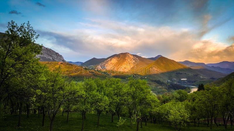 春天风景 山和湖的美丽的景色 非常有趣的云彩和天空蔚蓝在背景中 库存图片