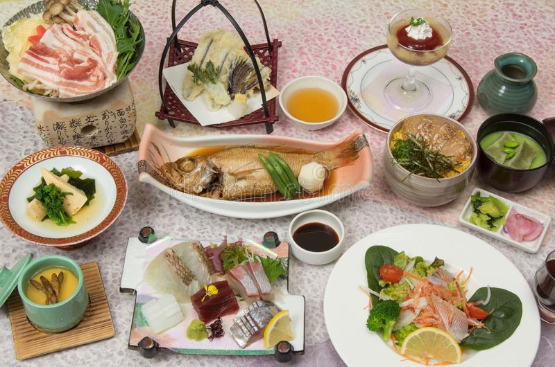 春天宴会与被炖的石斑鱼,新鲜的suhi, mi的Kaiseki膳食 免版税图库摄影