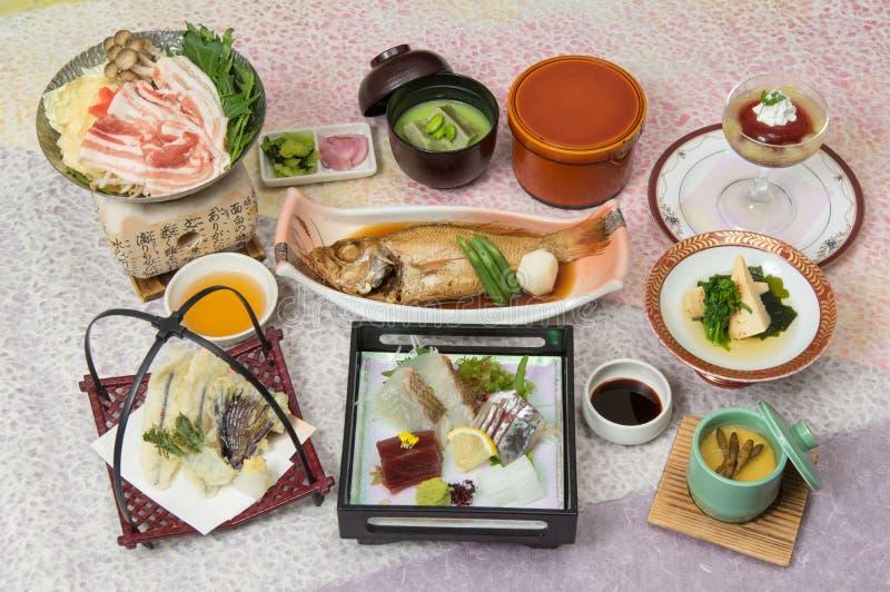春天宴会与被炖的石斑鱼,新鲜的suhi, mi的Kaiseki膳食 免版税库存照片