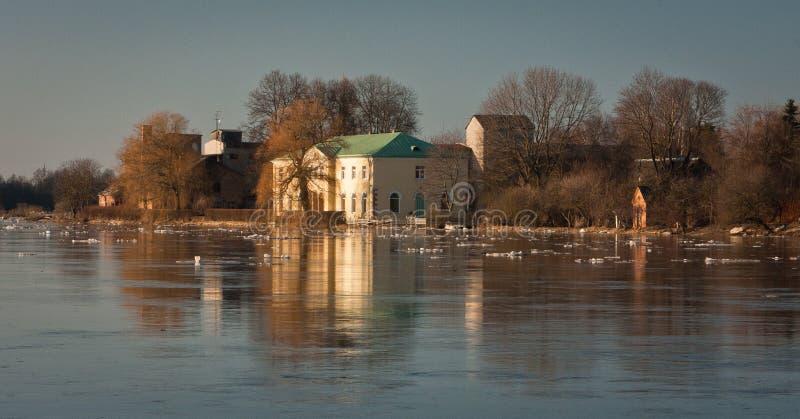 春天洪水在利耶卢佩河河 库存图片
