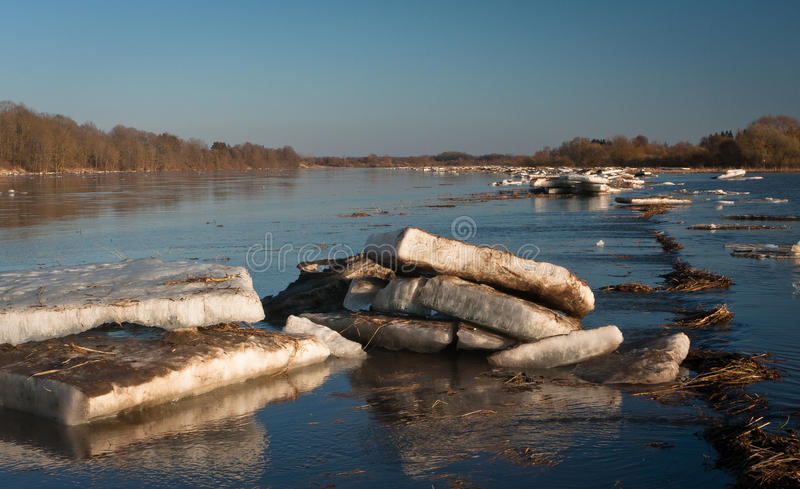 春天洪水在利耶卢佩河河 免版税库存照片