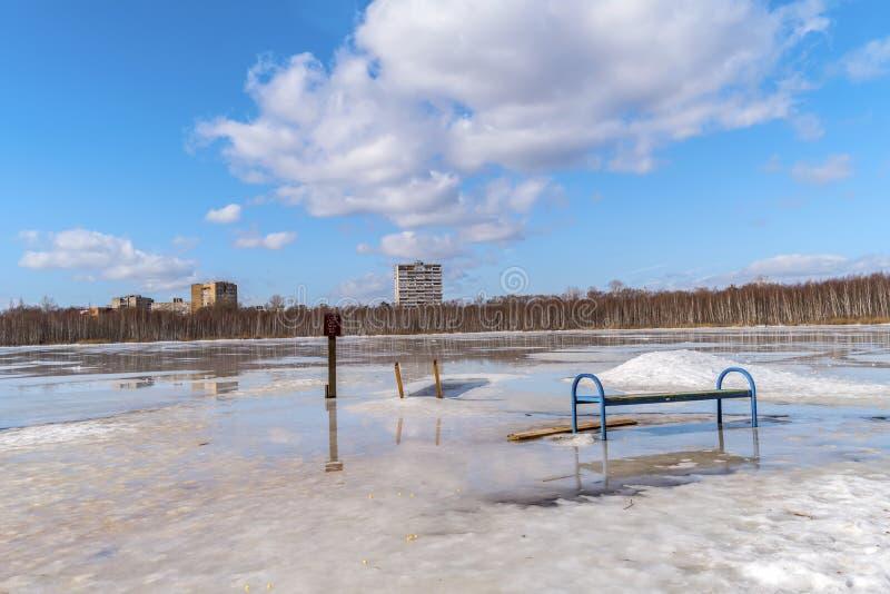 春天 突然显现沐浴的冰孔 圣洁湖 莫斯科 库存图片