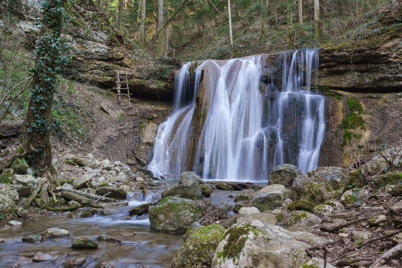 春天Kaverinsky大瀑布从石壁架流动下来在高加索山脉的峡谷 高涨途径 库存图片