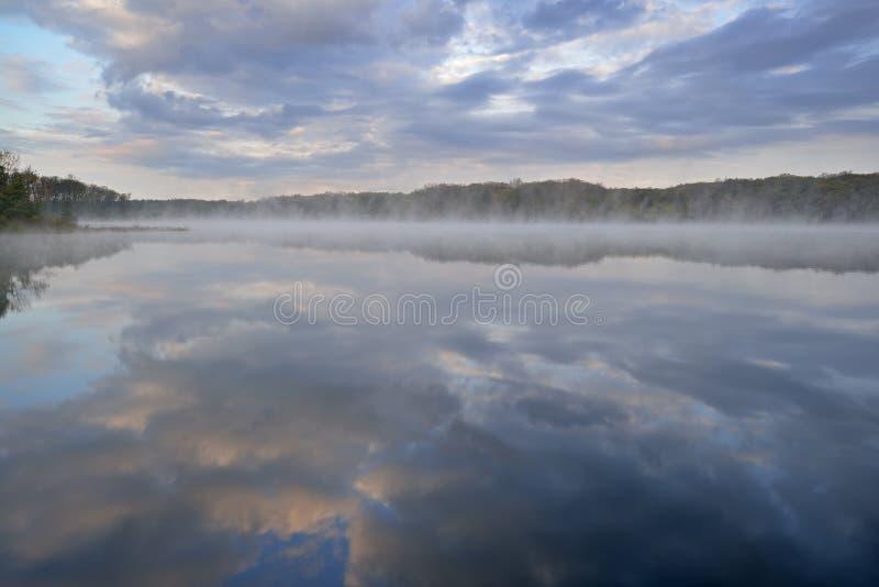 春天Sunrise深湖 库存图片