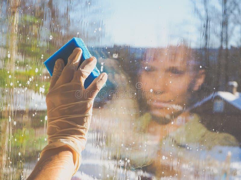 春季大扫除-清洁窗口 妇女` s手洗涤窗口,清洗 免版税库存照片