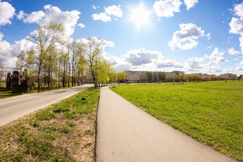 春日笼罩着城郊 免版税库存图片