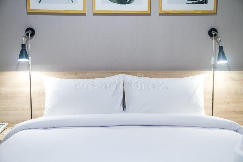 春武里市,泰国–2018年6月24日:在一张舒适的床上的白色枕头与舒适卧室 免版税图库摄影