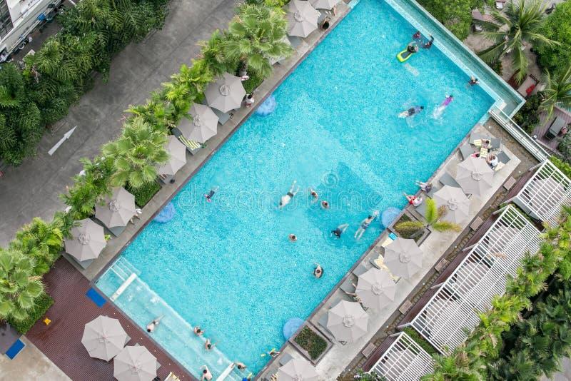 春武里市,泰国–2018年5月12日:屋顶高级游泳场顶视图  库存照片
