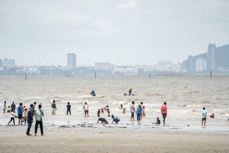 春武里市,泰国- 2018年8月12日:泰国人和游人使用,放松,并且刷新与他们长的周末假期在Bangsaen 免版税库存图片