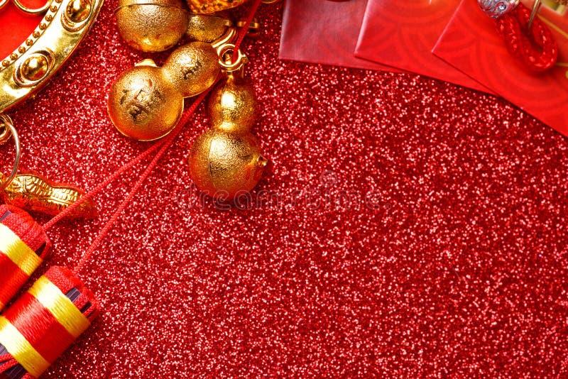 春节装饰和吉利装饰品在红色bokeh背景 免版税库存照片