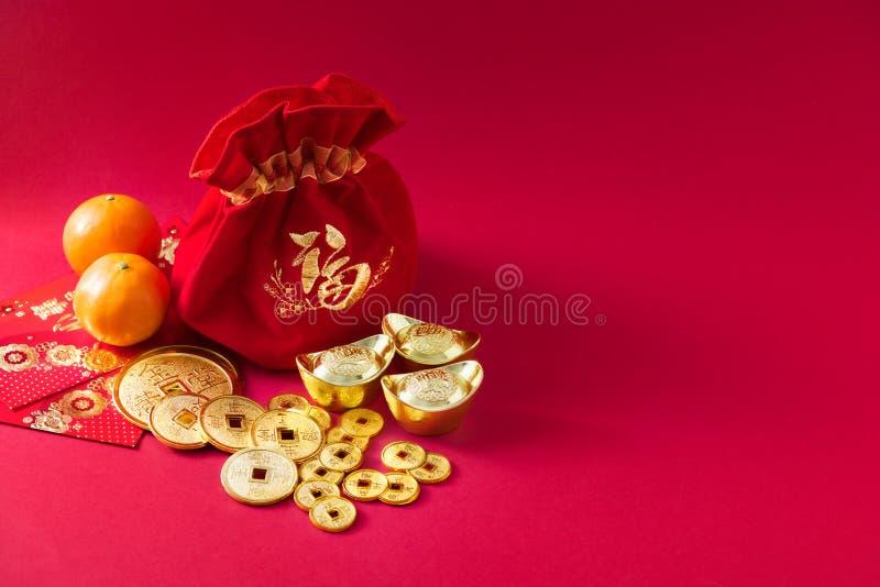 春节装饰,金钱袋子,桔子,与字符意思,爆发,财宝,健康,荣誉,幸福的金币 免版税库存图片