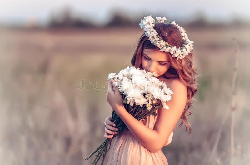 春黄菊花圈的女孩 库存照片