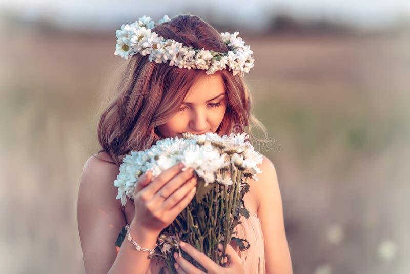 春黄菊花圈的女孩 图库摄影