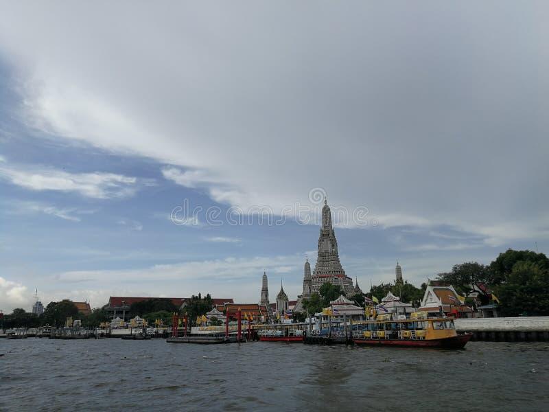 昭拍耶河和轮渡对郑王寺Ratchawararam 免版税库存照片