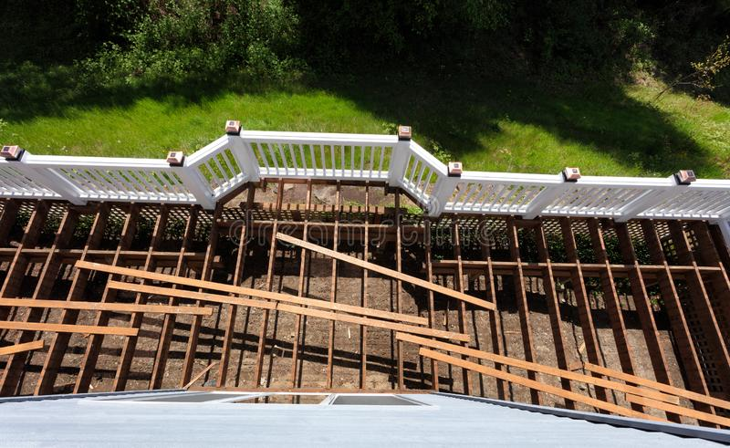 是一个年迈的室外木雪松的甲板的顶视图扯下由于被风化的委员会 图库摄影
