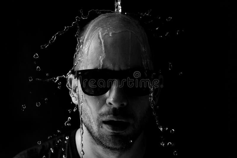 是一个的人的画象在面孔的被投掷的水 图库摄影