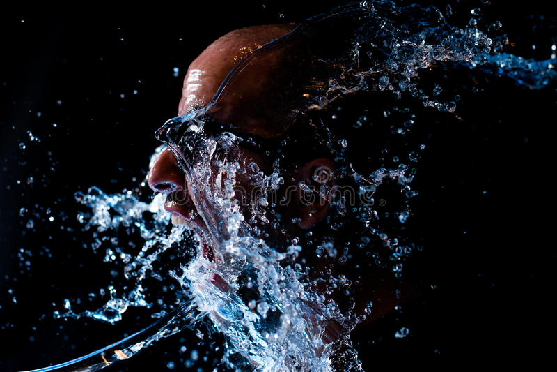是一个的人的画象在面孔的被投掷的水 免版税库存照片