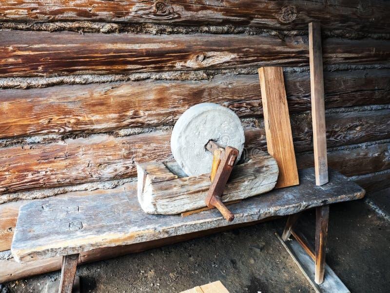 是人工操作的与曲柄的老磨刀石 免版税库存照片