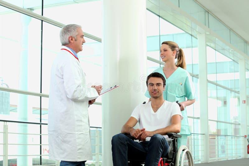 是人被推进的轮椅 图库摄影
