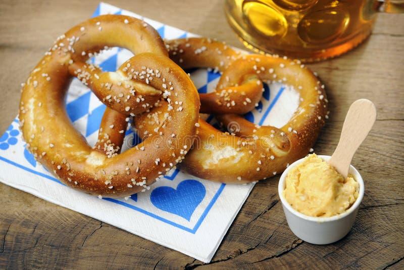 椒盐脆饼、在巴法力亚餐巾的Obatzter和啤酒 图库摄影