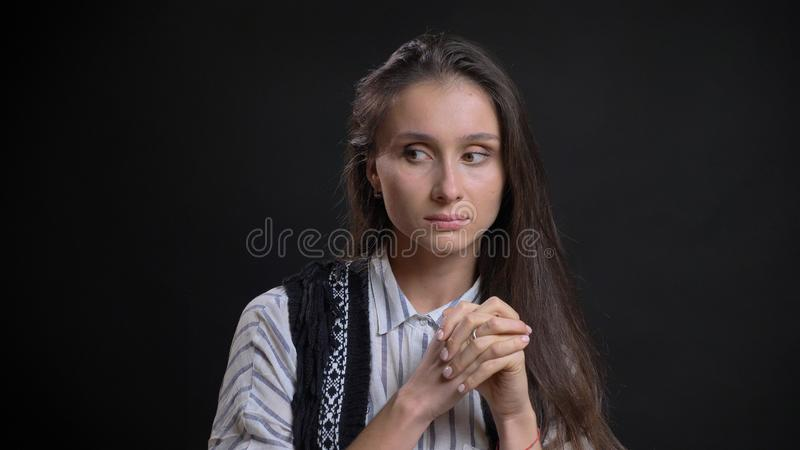 是体贴的和看对边的年轻俏丽的白种人女性特写镜头画象有被隔绝的背景 免版税库存照片